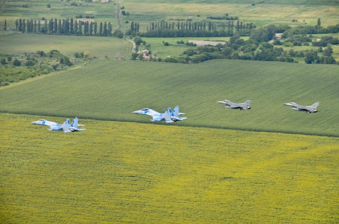 Su-27 ucranianos e F-16 norte-americanos voam juntos no Safe Skies 2011