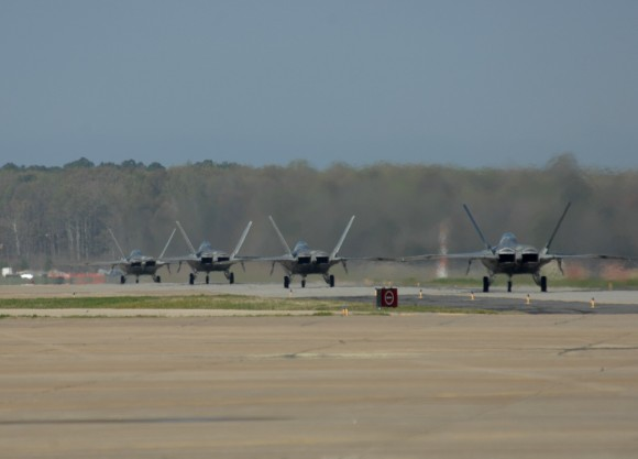 F-22 taxiando - foto USAF