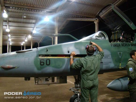 Walkaround F-5EM AFA 2011 - fechando compartimento do canhão - foto 21 Nunão Poder Aéreo
