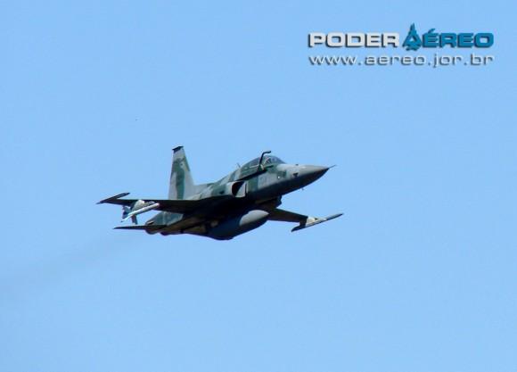 domingo aereo AFA 2011 F-5M passagem baixa - foto Poggio 180