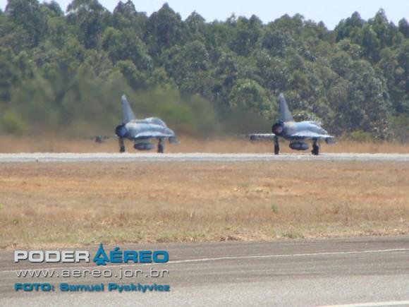 Decolagem de elemento de F-2000 - foto S Pysklyvicz - Poder Aéreo