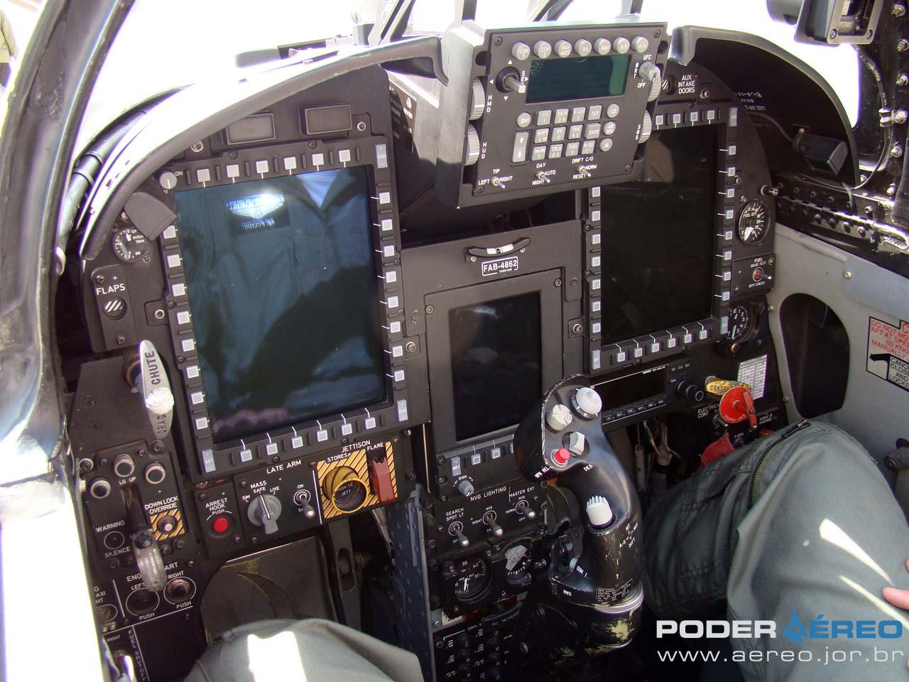 F-5EM painel com telas multifunção - foto Poder Aéreo - Nunão