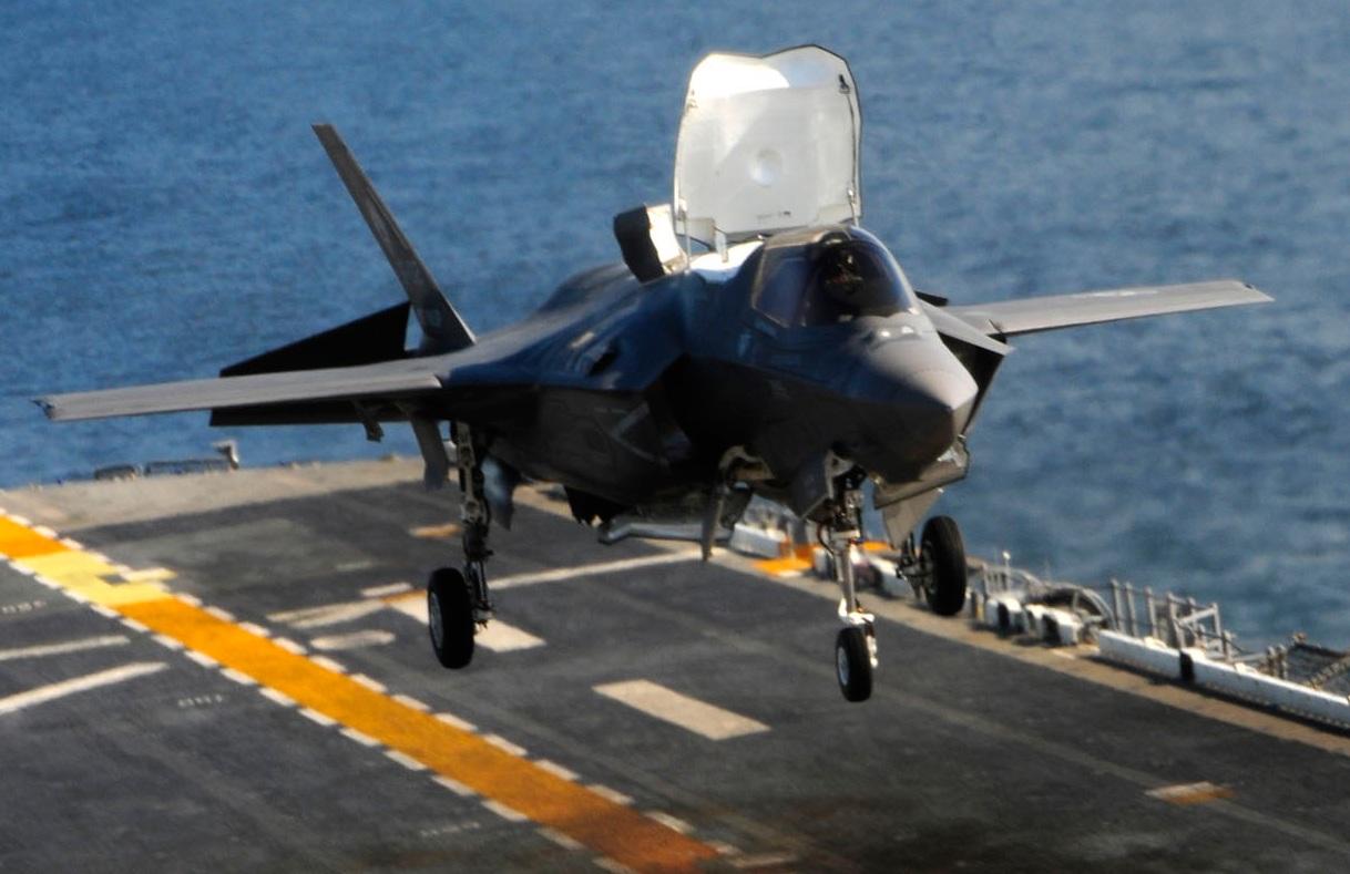 F-35B faz primeiro pouso em navio de assalto Wasp - foto jsfmil