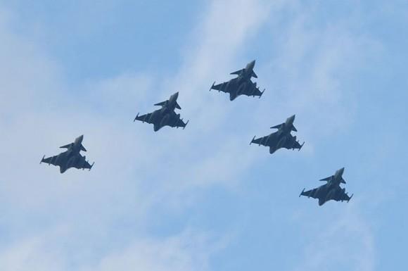 Formação de cinco caças Gripen utilizados no conflito sobre a Líbia voa de volta à Suécia - foto Forças Armadas da Suécia
