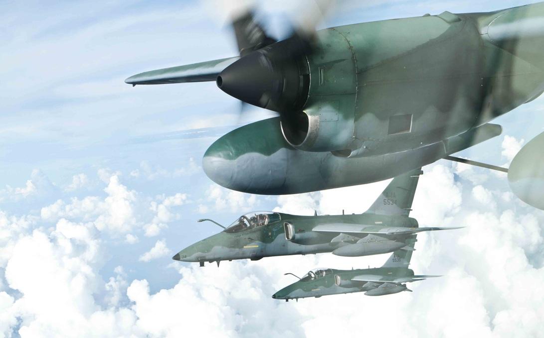 A-1 em reabastacimento em voo com KC-130 - foto FAB