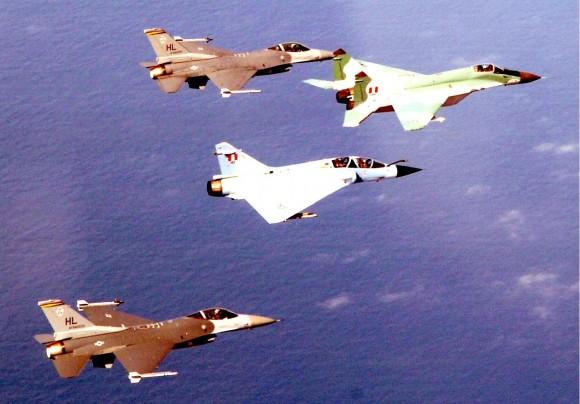 F-16 da Força Aérea dos EUA em exercício com M2000 e MiG-29 da Força Aérea Peruana - foto USAF