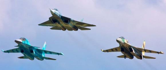 Aviões de combate Sukhoi com o PAKFA à frente - foto Sukhoi