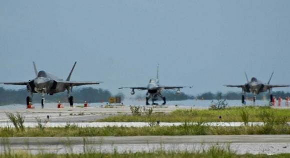 F-35 e F-16 taxiando - foto USAF