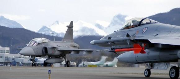 Gripen sueco e F-16 norueguês - foto via Militaryphotos