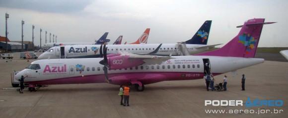 ATR 72-600 da Azul - PR-ATB La Ville Rose - pintura rosa campanha câncer de mama - foto Nunão - Poder Aéreo