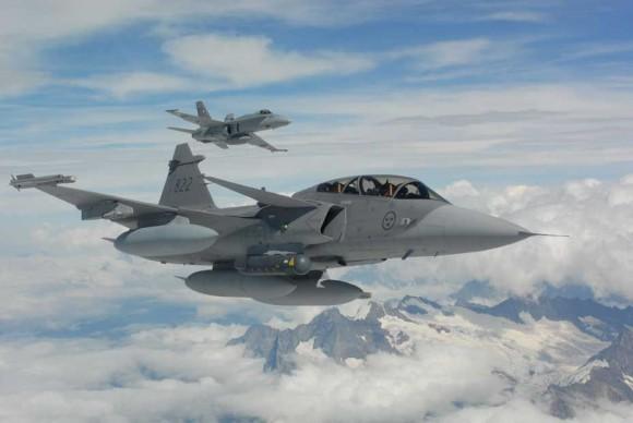 Gripen em formação com caça F-18 suíço - foto Força Aérea Suíça