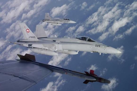 Gripen em formação com caças F-18 suíços - foto Força Aérea Suíça