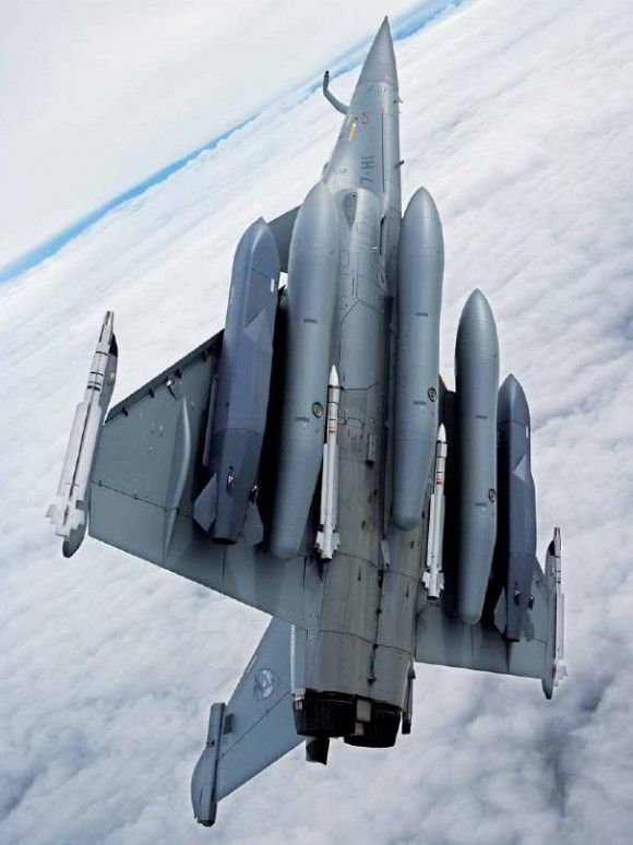 Rafale com 3 tanques de 2000 litros 2 SCALP e 4 Mica - foto Dassault - Fox Three-14