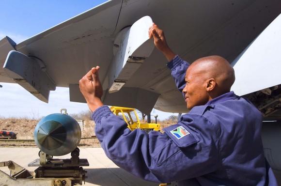 Bomba Mk82 sendo instalada sob um pilone de Gripen da África do Sul - foto F Dely - Saab