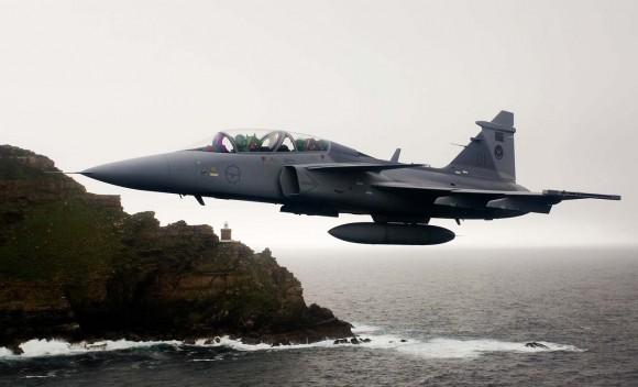 Caça Gripen da África do Sul voando no Cabo da Boa Esperança - foto F Dely - Saab