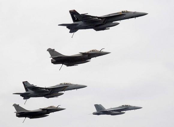 Caças Super-Hornet e Rafale em formação em 2008 - fotoUSN.jpg