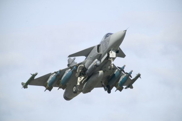 Gripen com bombas e mísseis e pod designador - foto P Kustvik - Saab
