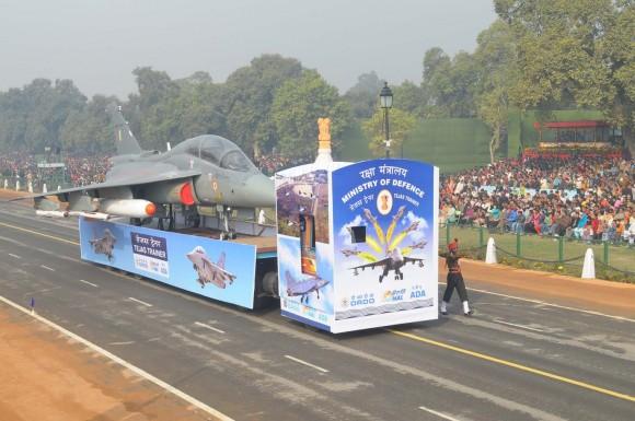 Protótipo do Tejas biposto em desfile na Índia - foto MoD India