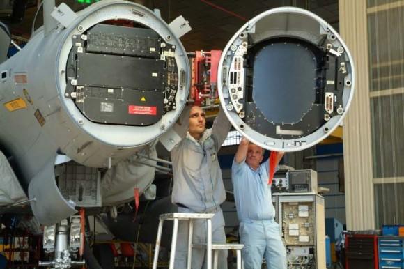 Rafale com radome aberto para instalação de antena de RBE2 em 2007 - foto Thales