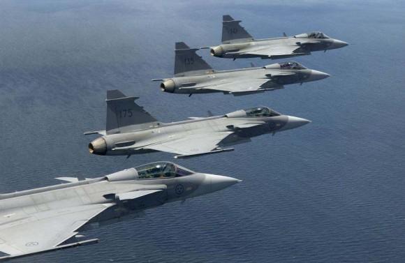 caças Gripen suecos em formação - foto K Tokunaga - Saab
