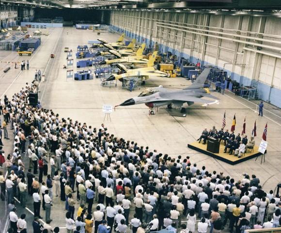Cerimônia de entrega do primeiro F-16 de produção em 1978 - foto Lockheed Martin