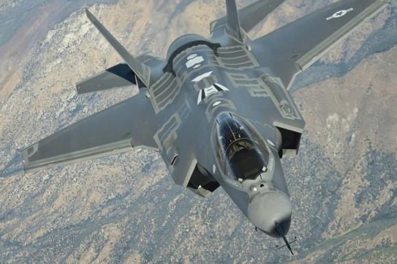 F-35A visto de um avião reabastecedor - foto Lockheed Martin