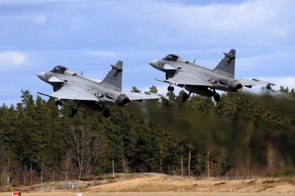 caças Gripen decolam na Lion Effort 2012 - foto Saab