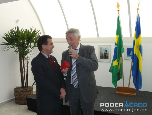 Barry Bystedt entrega presente a Luiz Marinho no evento de 1 ano do CISB - foto Nunão - Poder Aéreo