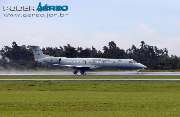 C-99A 2524 na AFA em 120512 decolando sob chuva - foto Poder Aereo - Poggio