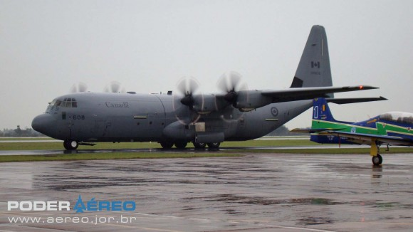 EDA 60 anos - C-130J canadense preparando-se para decolagem na manhã chuvosa de sábado 12 de maio - foto Nunão - Poder Aéreo