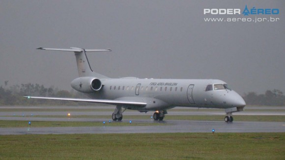 EDA 60 anos - C-99 da FAB taxiando sob forte chuva na manhã de sábado - foto Nunão - Poder Aéreo