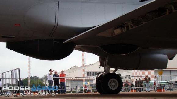 P-3AM - radomes sob a fuselagem - foto Nunão - Poder Aéreo