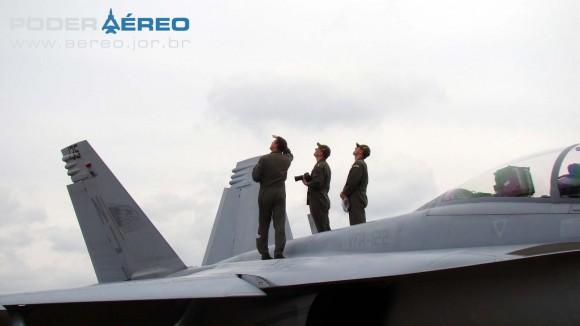 EDA 60 anos - pilotos assistem à Fumaça em cima de Super Hornet - foto 2 Nunão - Poder Aéreo