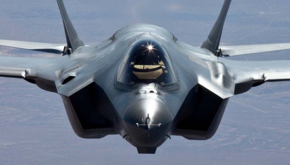 F-35A em voo visto de avião reabastecedor - foto Lockheed Martin