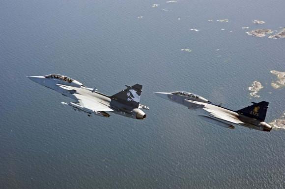 Gripen NG - pilotos suíços voam demonstrador do Gripen F - foto Saab.jpg