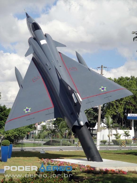 Mirage IIIE - F-103 FAB na frente do PAMA-SP - foto 4 Nunão - Poder Aéreo
