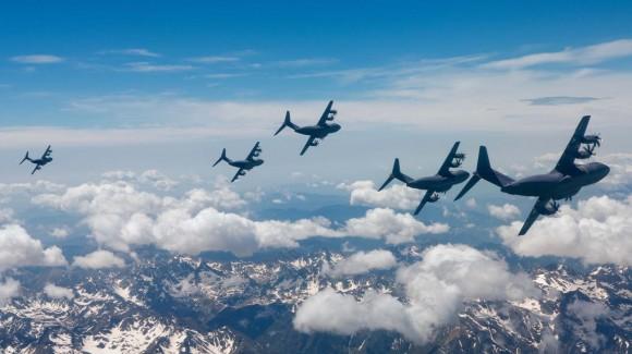 A400M - voo de formação com cinco aeronaves - foto Airbus Military