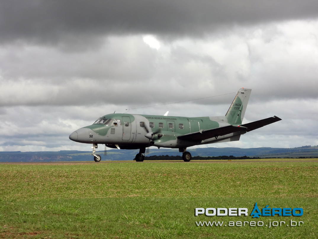 Broa Fly-In 22-06-12 bandeirante modernizado taxiando - foto poder aereo poggio