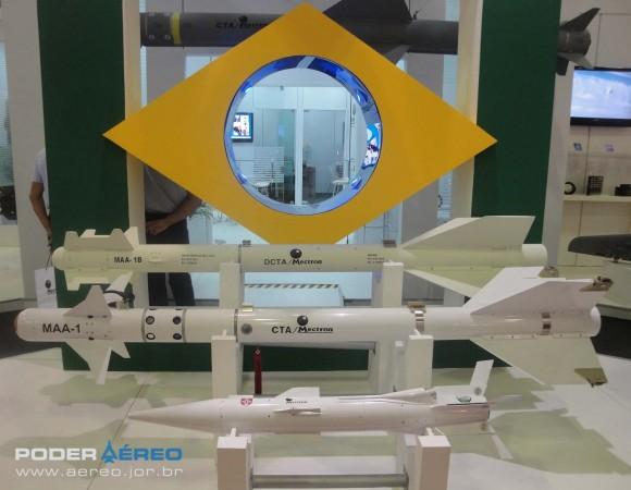 Laad 2011 - maquetes de mísseis da Mectron - empresa controlada pela Odebrecht - foto Nunão - Poder Aéreo