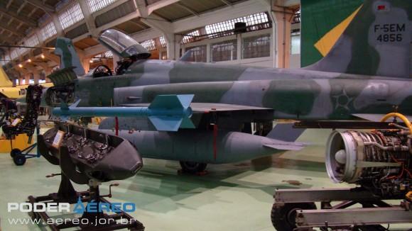 PAMA-SP 2012 - F-5EM 4856 em exposição - foto 2 Nunão - Poder Aéreo