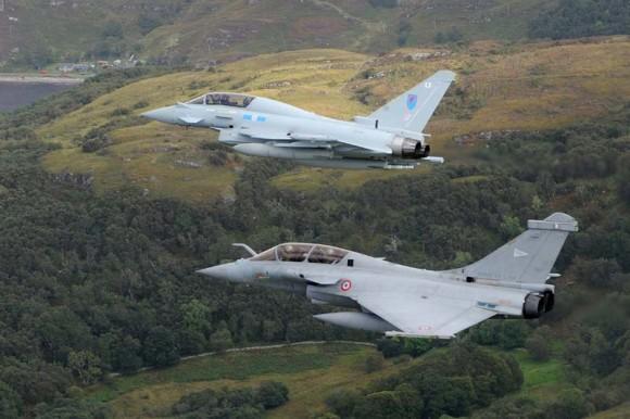 Voo conjunto Rafale Typhoon sobre a Escócia - foto via MoD UK