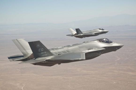 Caças F-35 AF-6 e AF-7 em formação - foto Lockheed Martin