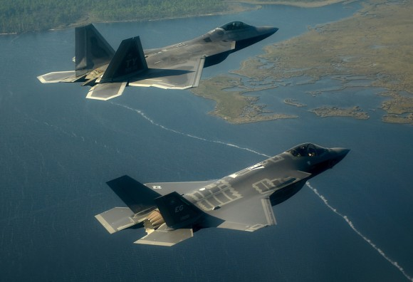 F-22 em formação com F-35 sobre a Flórida - foto ampliada USAF