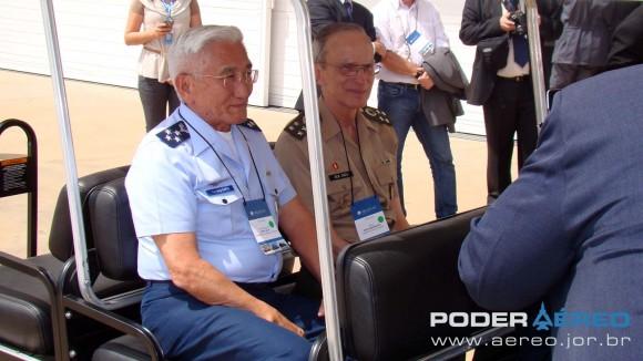 Helibras - inauguração nova fábrica 2-10-2012 - comandantes FAB Saito e EB Peri deixam o local - foto Nunão - Poder Aéreo