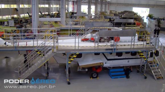 Helibras - inauguração nova fábrica 2-10-2012 - linha de montagem EC725 com aeronave VIP em primeiro plano - foto Nunão - Poder Aéreo