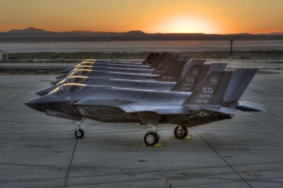 Caças F-35 alinhados em Edwards - foto Lockheed Martin