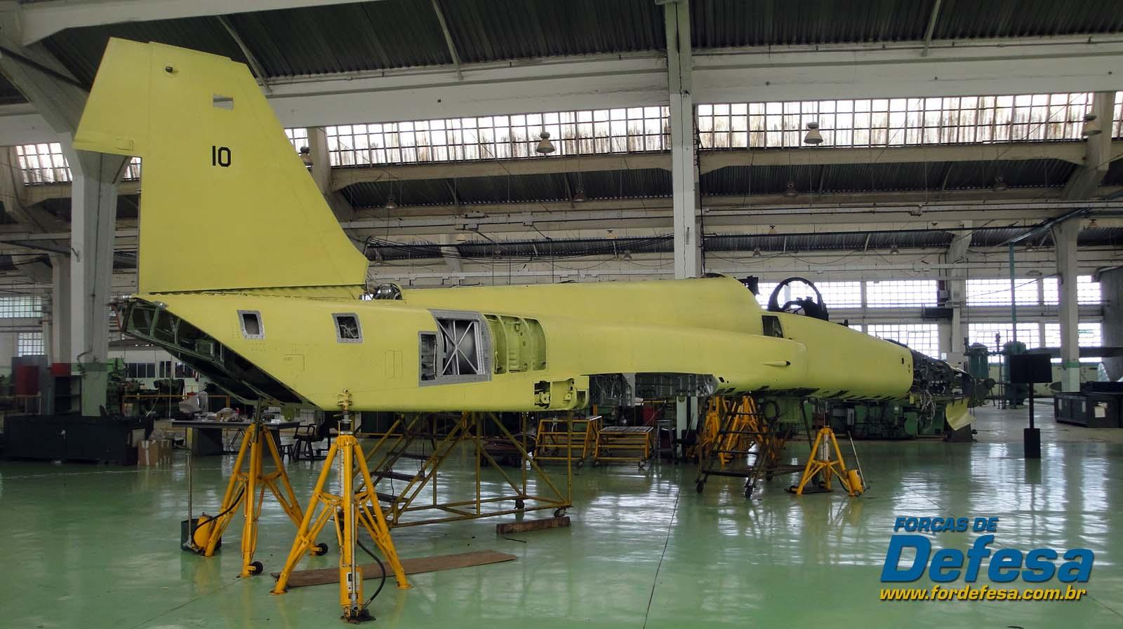 F-5F ex-jordânia FAB 4810 em montagem no PAMA-SP em 1dez2012 - foto Nunão - Poder Aéreo