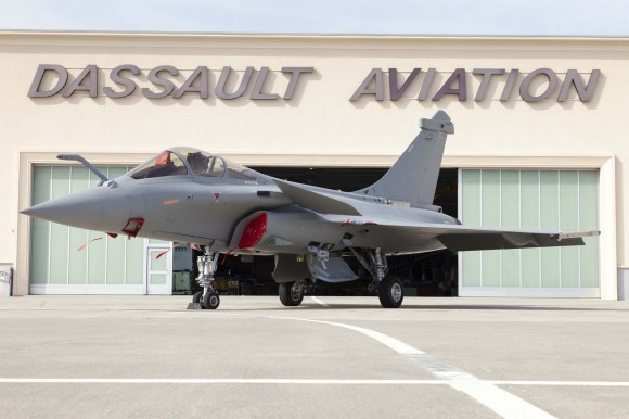 Rafale C 137 equipado com RBE2 AESA em frente a instalação da Dassault- foto A Février - Dassault