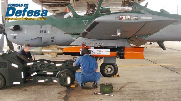 bomba SMKB da Britenite sendo carregada no A-29 - foto Britanite