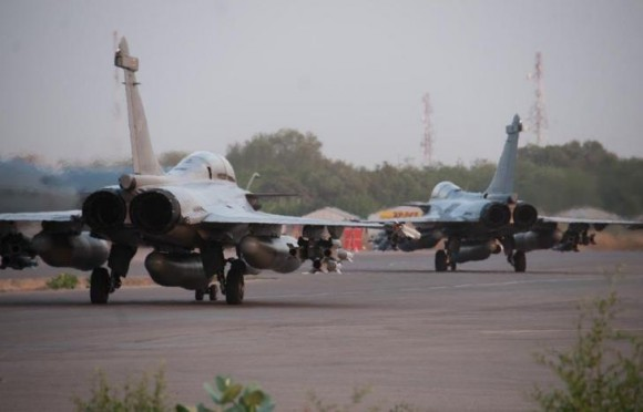 caças Rafale decolam de N Djamena para apoio aéreo no Mali - foto Min Def França